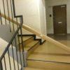 和室の枠材を15階まで担いで上げる。
